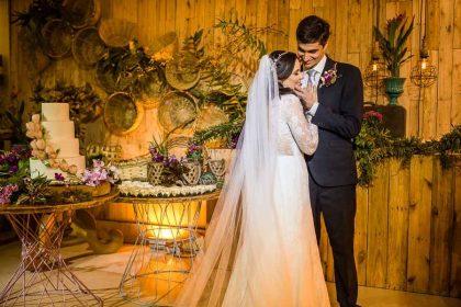 Desde a organização esses noivos foram muito iluminados, com uma cerimônia emocionante no Hotel Jatiúca e contamos com a ajuda dos fornecedores: Mônica Guimarães (fotografia), Gabriela Vasconcelos (decoração), Adeilton Gomes (infraestrutura), Atelier Delicias (bolo e doces),  Locatto (cadeiras), Conexão (toldos),  Brebal (sonorização), High Quality (gerador e telão), Niedja Belo (bem casados), Vânica Calaça (vestido) e Mirla (maquiagem e penteado), dentre outros.